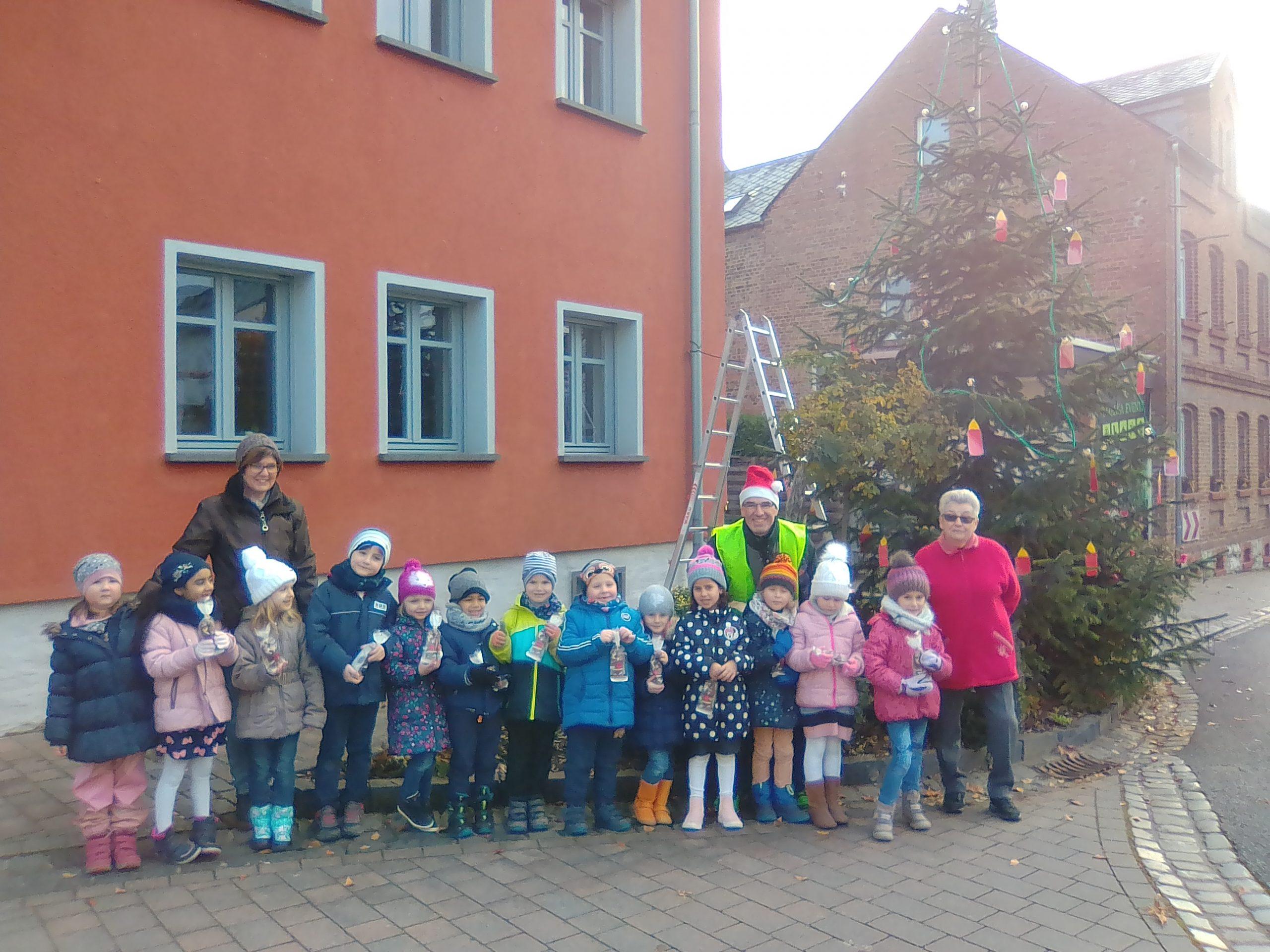 KiGa Kinder schmückten Tannenbaum