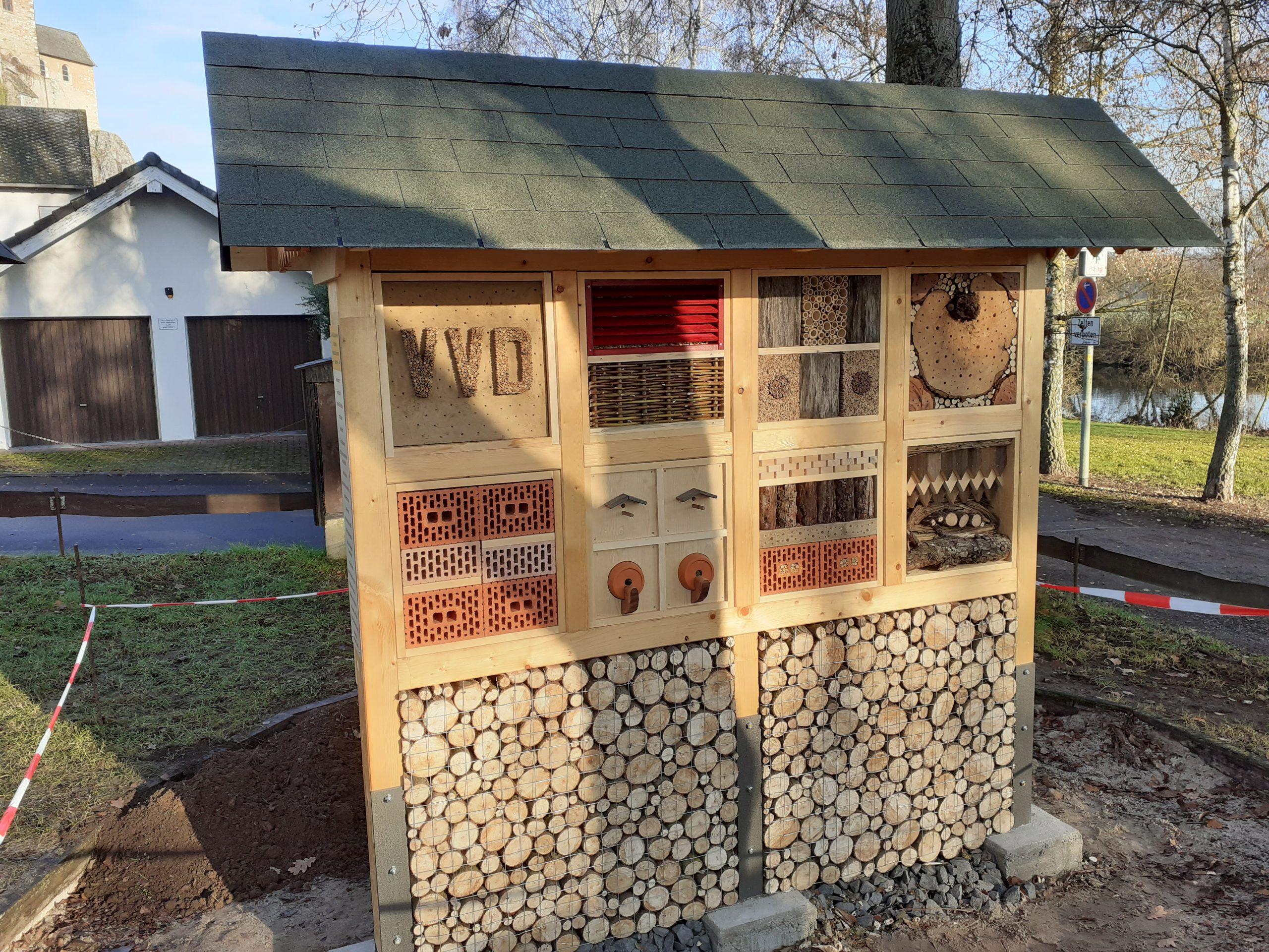 Insektenhotel in Lahnanlage fertig gestellt